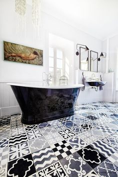 Original vintage bathroom with patchwork pavements #vintage #bathroom #patchwork #pavements #bagno #pavimenti
