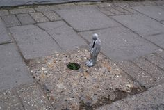 cement miniature sculptures artist isaac cordal 2 #photography #cement #sculpture #art