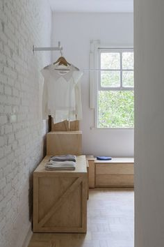 Walk-in closet using plywood boxes. Ap Cobogó by Alan Chu. © Djan Chu. #closet #walkincloset #plywood