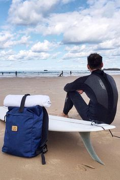 Rolltop backpack Mitte and surfer in Biaritz, France