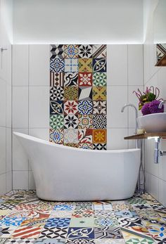 Original bathroom withpatchwork pavements & tiles #bathroom #patchwork #pavements #bagno #pavimenti #rivestimenti
