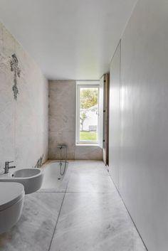 Full #bathroom with #sunkentub, #marblefloor and walls. #CasaNaRuaDeSaoMamedeAoCaldas by #AiresMateus. Photo by #RicardoOliveiraAlves. #marb