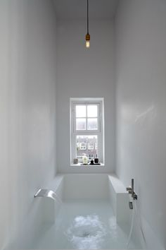 White sunken tub. Canal House by Reinier Witteveen Architect BNA. Photo by Herman van Heusden. #bathtub #sunkentub #hermanvanheusden #reinie