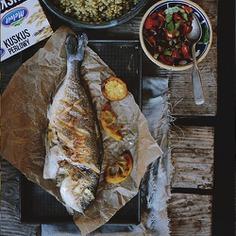 Szukasz pomysłu na obiad? Poznaj nasz przepis na grillowaną doradę z kuskusem perłowym i sałatką z pomidorów.