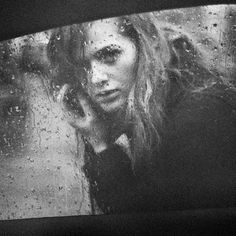 bakmaya değer. #girl #rain #photography #black and white #glass #car