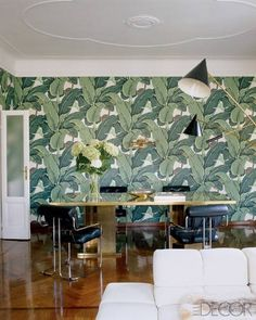 Martinique wallpaper (an iconic pattern from the Beverly Hills Hotel) sheaths the dining area. #wallpaper #decor #palms