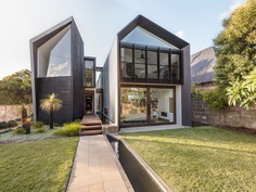 """Exterior and House Building Type Photo 9 of 10 in An Architectural """"Gorge"""" Splits This Australian Home in Half from Iron Maiden House"""