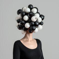 Eine Frau mit Christbaumkugeln auf dem Kopf. #white #head #black #christmas #women #and #balls