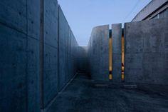 Slit House by EASTERN design office #modern #design #minimalism #minimal #leibal #minimalist