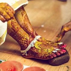 Silver Payal Design looks beautiful on bride's mehndi feet.