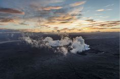 BILLEDSERIE Lava strømmer ud nær islandsk gletsjer | viden | DR #photography #volcano #iceland