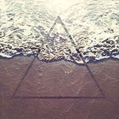 eb5402947bc811e394de12247874e2c6_8.jpg (640×640) #ocean #beach #sun #triangle #chromanaut