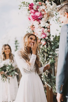 Today we had partnered up with our friends at Wedding Forward to get you some ideas and inspiration to write heartfelt wedding vows for an unforgettable ceremony.
