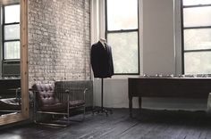 Anchordivision / Pinterest #interior #brick #chair #wood #leather #suit #windows