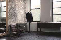 Anchordivision / Pinterest #interior #brick #chair #wood #leather #suit #windows