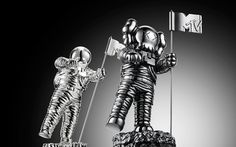 The new Moonman pays homage to the old before his big reveal on the VMA stage. | MTV Photo Gallery #sculpture #astronaut #space #moonman #mtv #kaws