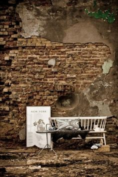 Tant Johanna #interior #brick #sofa #design #wall #decoration