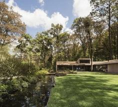 L-Shape Weekend House by Dellekamp Arquitectos
