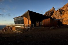Cafe Knoll Ridge outside look #mountain #architecture #volcano #caf