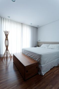 CJWHO ™ (Leandro Garcia | Ahu 61 Apartment Bedroom) #white #bedroom #interiors #wood #photography #brazil