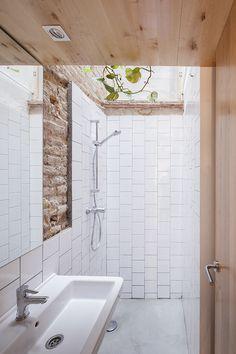 Bathroom with exposed raw brick wall. Casa Caballero by Ágora. #agora #casacaballero #bathroom