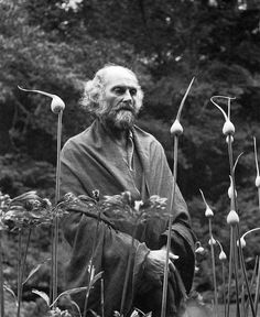 Tutte le dimensioni |Morris Graves in his leek garden, 1973, by Imogen Cunningham | Flickr – Condivisione di foto! #phoyography #white #black #and