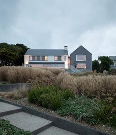 Polzeath Beach House on the North Cornish Coast / McLean Quinlan