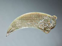 """A VERY RARE GREEN CRESCENT SHAPED XI 觿 OR """"KNOT-OPENER"""" WITH A COILED DRAGON AND A PATTERN OF ENGRAVED LINKED SCROLLS"""