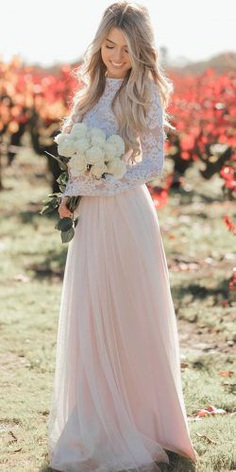 Rustic style is now at the peak of its popularity. You can definitely find it in design solutions, interior and, of course, in clothing. And wedding outfits have not been exempt from this style.