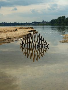 CJWHO ™ (Landart by Ludovic Fesson Using the water...) #sculpture #water #installation #art #reflection #landart #clever