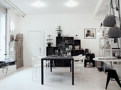 (via La maison d #interior #white #black #clean #minimal #grey