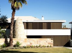 Australian Home Combines the Charms of 50's and 60's Coastal Bungalow - InteriorZine