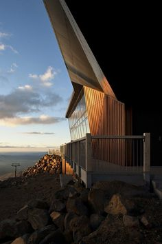 Café Knoll Ridge terrace from wood and steel #architecture #mountain #volcano #caf