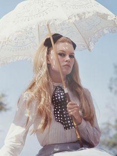 crane-ralph-brigitte-bardot-jeanne-moreau-in-viva-maria.jpg 338×450 pixels #photography #retro #vintage