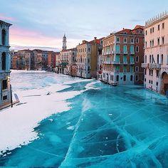Surreal Photos of A Frozen Venice – Fubiz™ #frozen #venice #photography #canal #italy