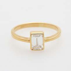 Solitaire ring with diamond in emerald-cut;