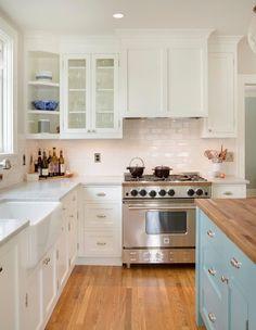 Kitchen, lavandino, piastrelle dietro fornelli, parquet, piano di lavoro chiaro
