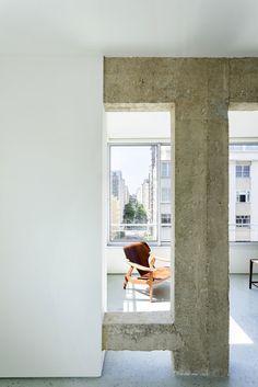 Concrete beam and column. Apartamento Copacabana by Felipe Hess. © Ricardo Bassetti. #concrete #beam #column