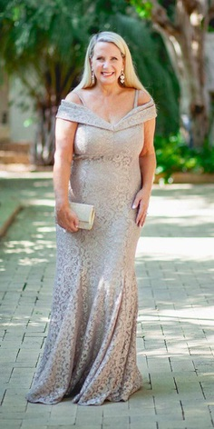 We've found some plus size mother of the bride dresses that are suitable for pretty much any wedding theme. These mother gowns are the prettiest and hide all your flawed.
