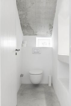 White water closet. Felanitx renovation by Munarq. © Gonçal Garcia. #toilet