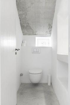 White water closet. Felanitx renovation by Munarq. © Gonçal Garcia. #toilet