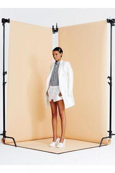 Jenni Kayne S/S '14 fondo negro con fondo gris corto y stands negros #lookbook