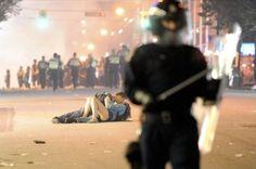 2b4c6f955e41dfef6ba4a2b0e83819da79a9aac2_m.jpg 480×319 pixels #police #riot #kiss