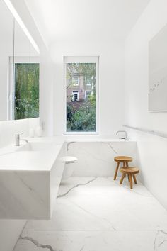 Bathroom adorned with Calacatta marble. Templer Townhouse by Workshop for Architecture. #marble #bathroom #workshopforarchitec