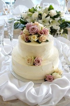 Round two tier wedding cake,