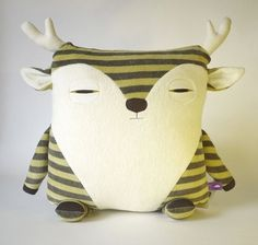 On aime les peluches de Velvet Moustache | LaPresse.ca #deer #plush #cushion #velvet #moustache