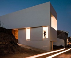 Mountainside house / Fran Silvestre Arquitectos