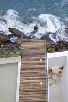 Cantilevered viewing deck