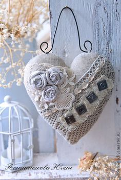 This heart-shaped decor gives off a vintage chic vibe which is especially good for people with that taste in art and fashion.