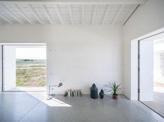 Bright contemporary space. Monte da Azarujinha by Aboim Inglez Arquitectos. © RGFA. #concretefloor #contemporary #woodenceiling